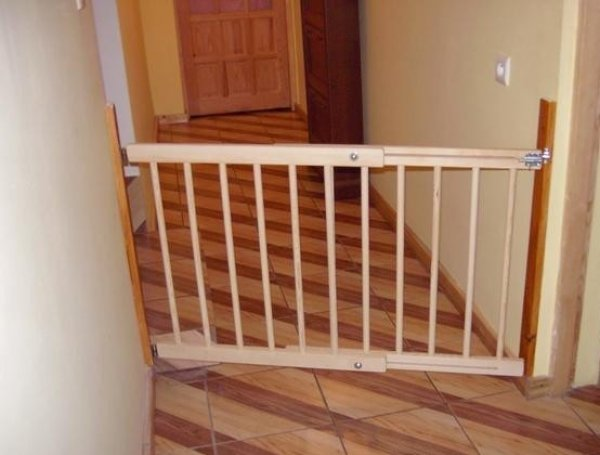 Zábrana na dveře, schody Šířka zábrany: 72-122 cm, Výška zábrany: 68 cm