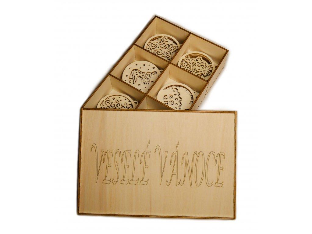 Dřevěná krabička s dřevěnými ozdobami