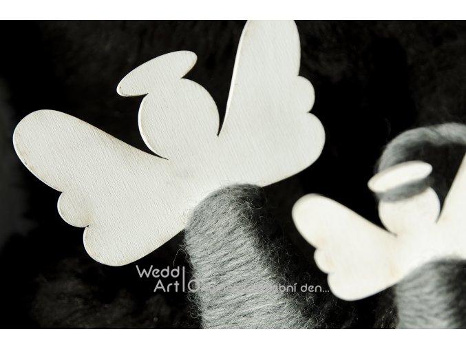 vanocni dreveny andel bily detail web