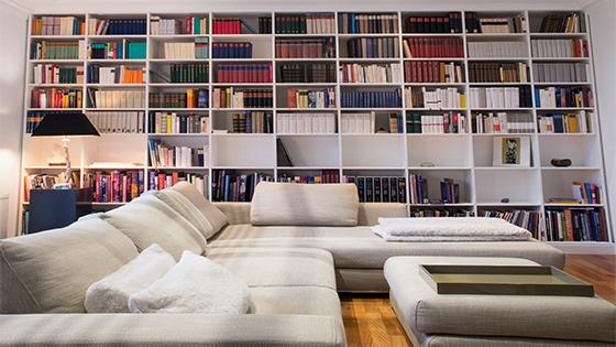Regály na knihy: Urobte si z obývačky knižnicu