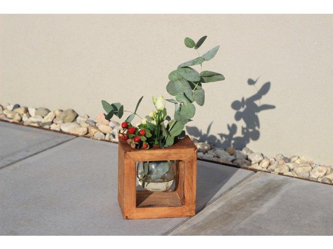 Váza s dřevěnou konstrukcí