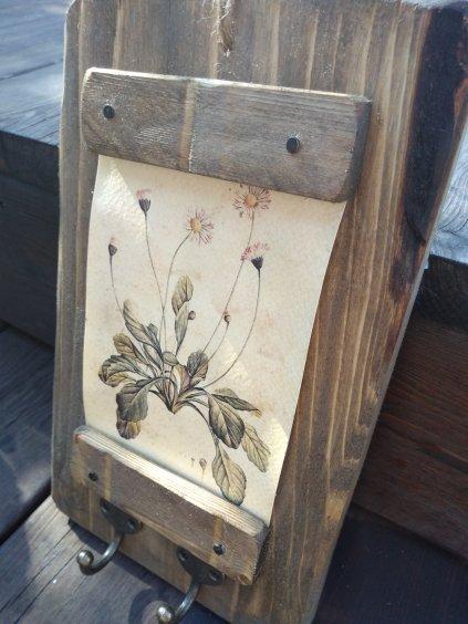 drevený kvetinový vešiak