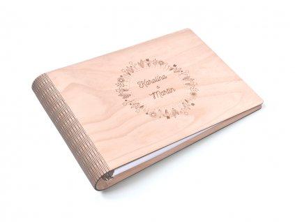 Wooden moment - dřevěné fotoalbum s květinovým věnečkem