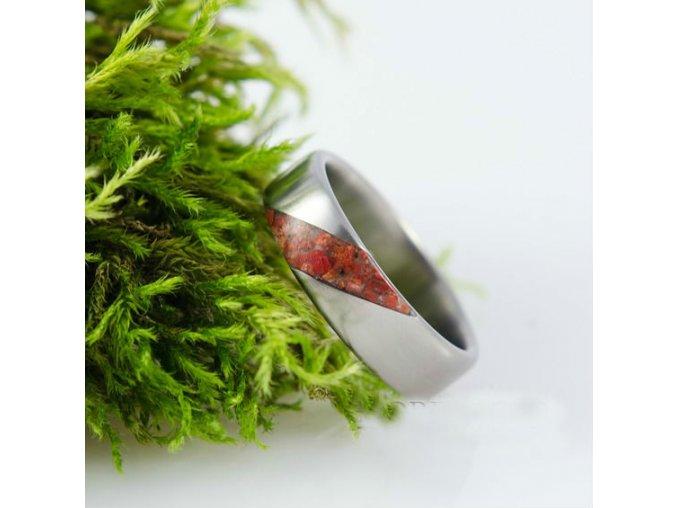 Titanový prstýnek s červeným korálem.