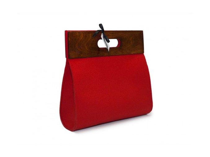 Červená kabelka s dřevěným doplňkem