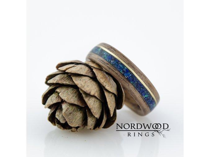 Prstýnek ze dřeva ořechu