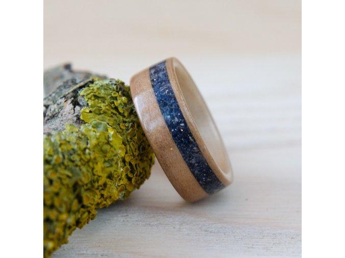 Dřevěný prstýnek SATIN WALNUT & BLUE GOLDSTONE
