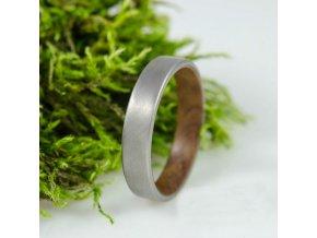 Dřevo a titan výsledek prstýnek