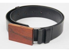 Černý opasek s dřevěnou sponou