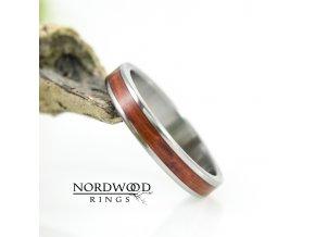 Titanový prstýnek se dřevem