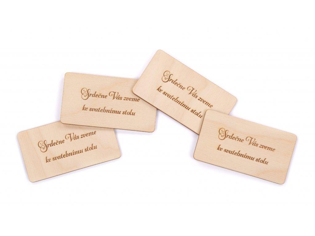 Dřevěná pozvánka ke svatebnímu stolu