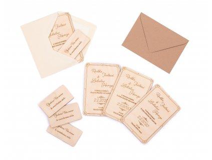 Dřevěná svatební pozvánka ke stolu