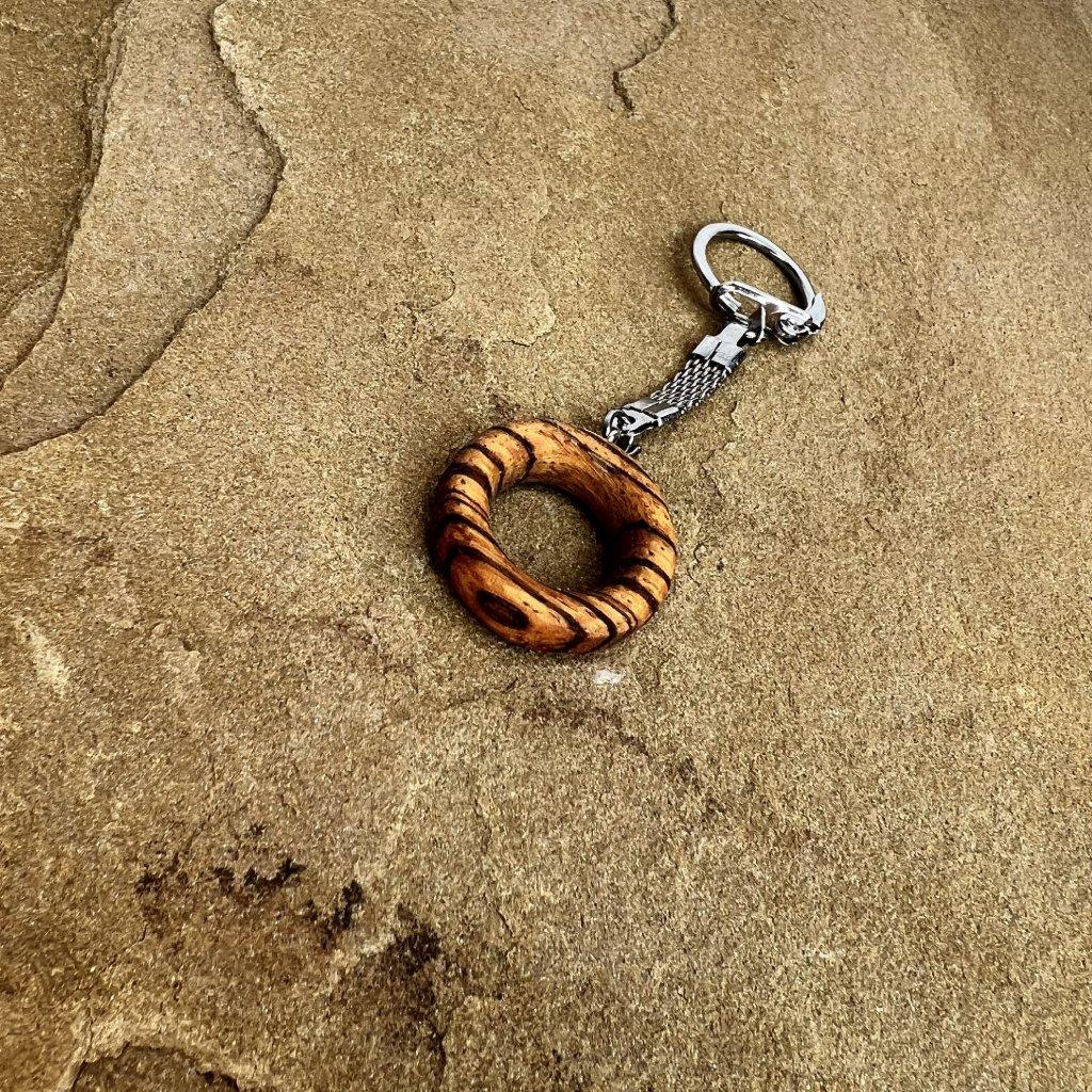 Dřevěná klíčenka Theo