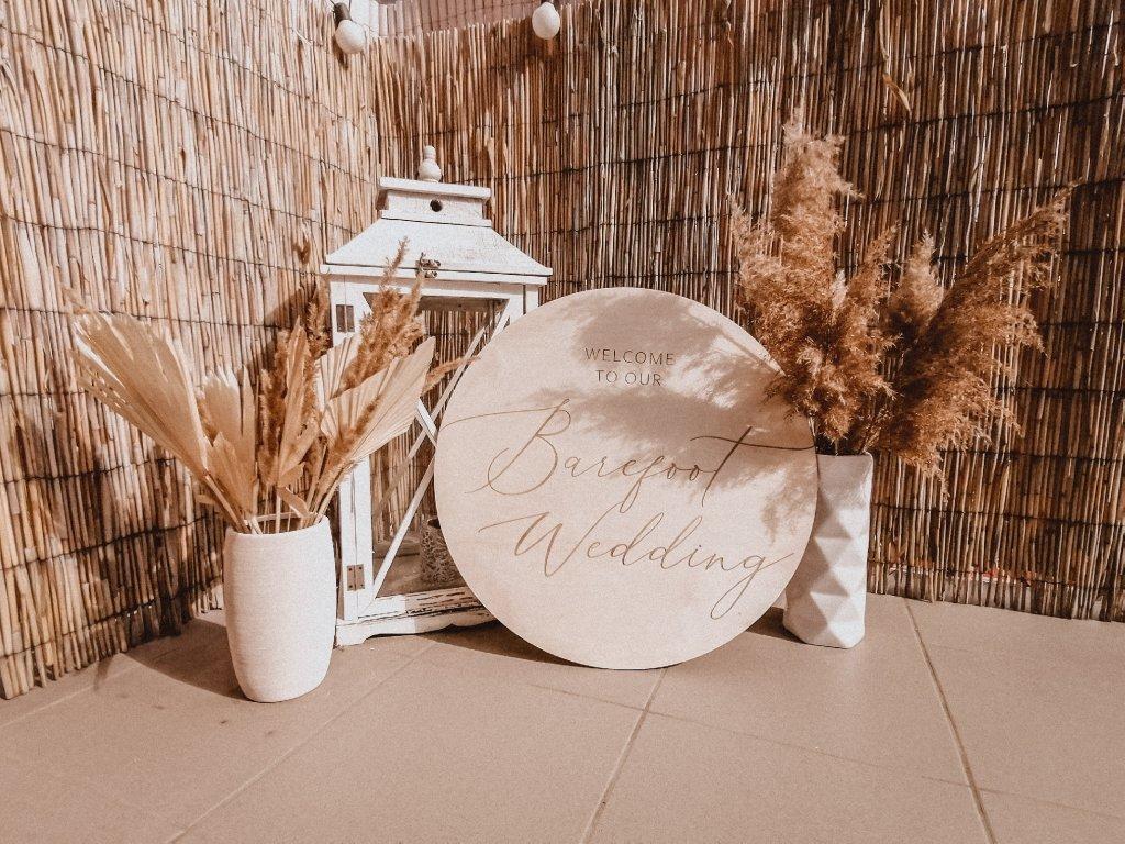 Svatební kulatá cedule - Welcome to our Barefoot Wedding