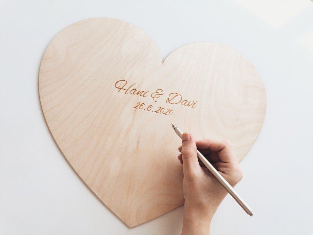 Dřevěné srdce na podpisy