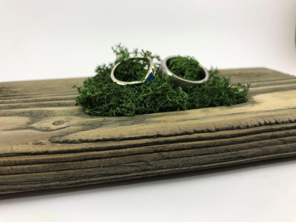 dřevěný podnos na svatební prstýnky