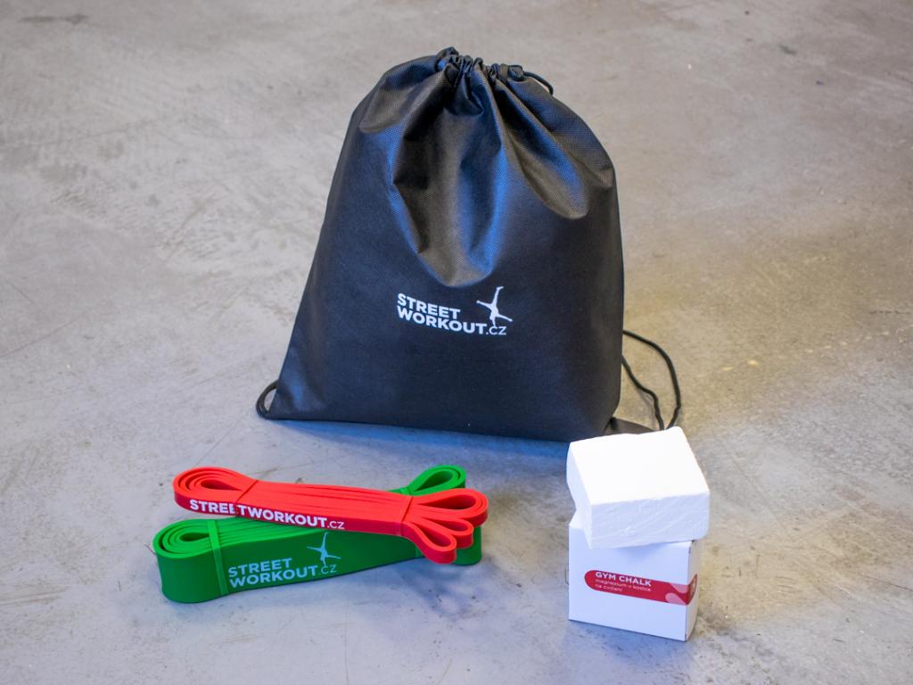 Základní výbava pro tvůj workout! Balíček STARTER PACK S obsahuje to nejnutnější, co potřebuješ, abys mohl začít s tréninkem s vlastní vahou ještě dnes! Dvě odporové gumy, magnezium v kostce, gym bag.