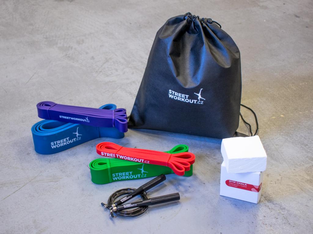 Rozšířená základní výbava pro tvůj workout! Balíček STARTER PACK M obsahuje to nejnutnější, co potřebuješ, abys mohl začít s tréninkem s vlastní vahou a kalistheniky. Čtyři odporové gumy, magnezium v kostce, švihadlo, gym bag.