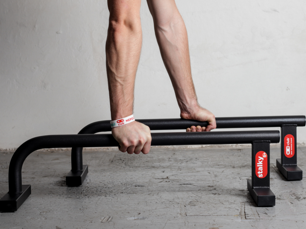 Prodloužené malé kovové stálky WOCLUB STALKY S PLUS české výroby. Ideální pro kliky, stojky, planche. Známe jako paralety, parallettes, mini bradla, nízké bradla, gymnastické bradýlka.
