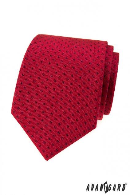 Červená kravata s černým vzorem