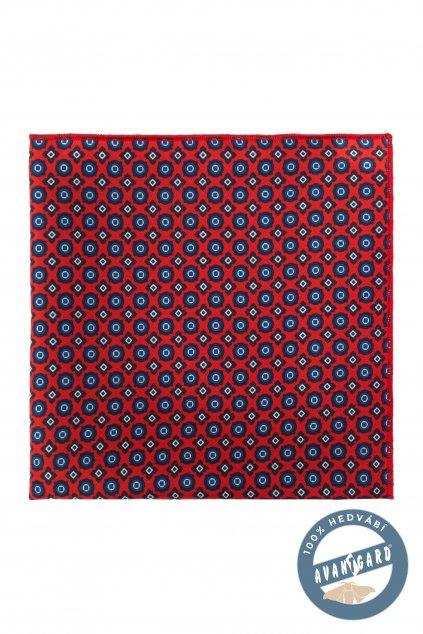 Červený kapesníček se vzorem