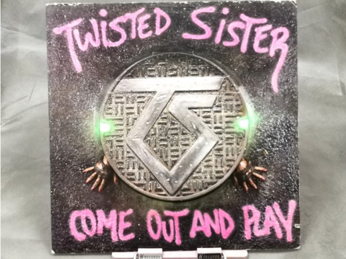 Twisted Sister – Come Out And Play