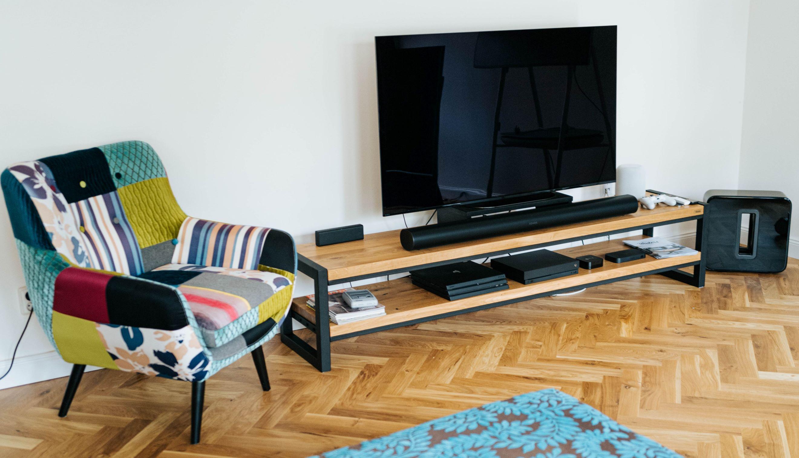 TV stolek Singapur vyrobený z masivního dubového dřeva