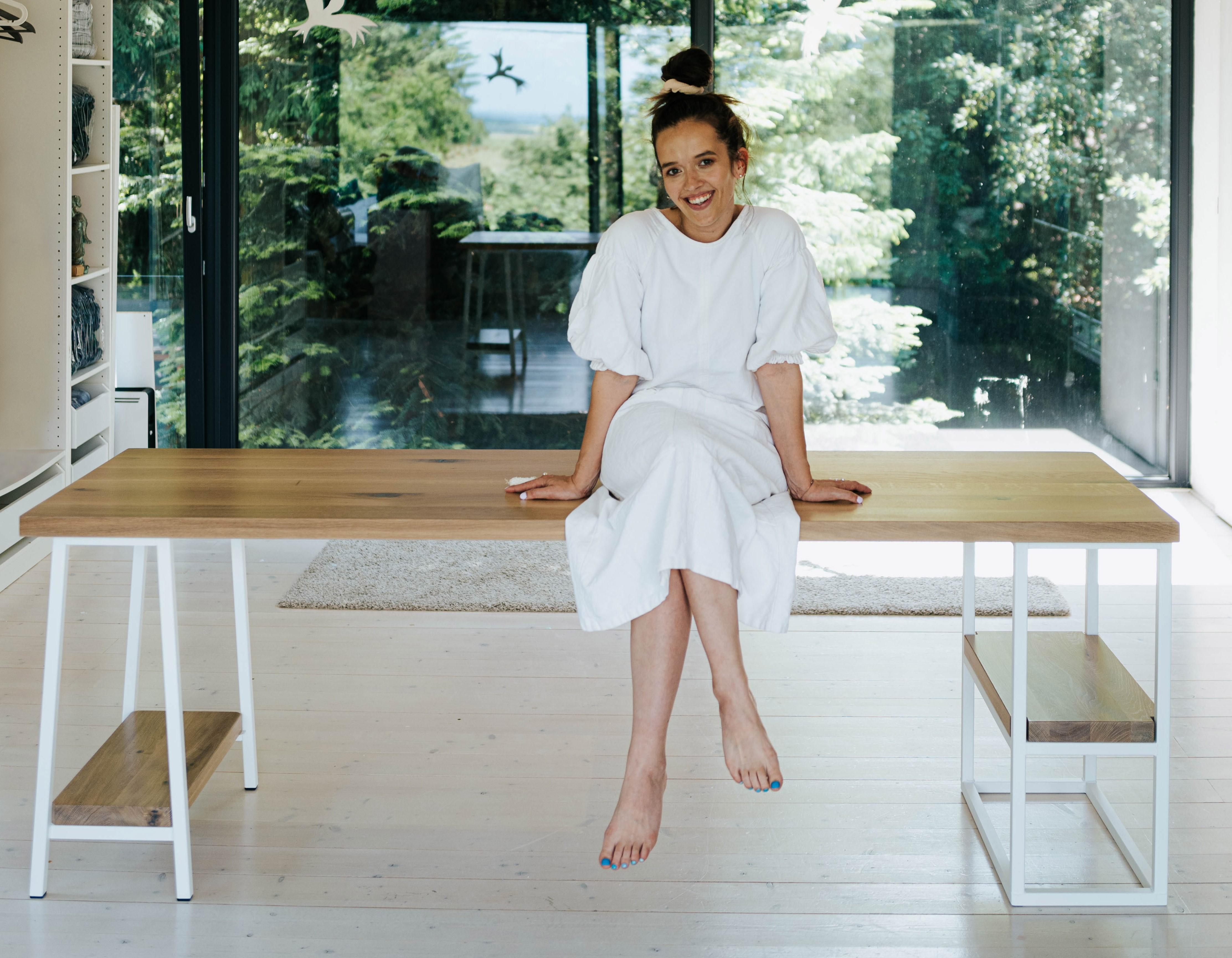 Tamara Klusová na pracovním stole Jobs
