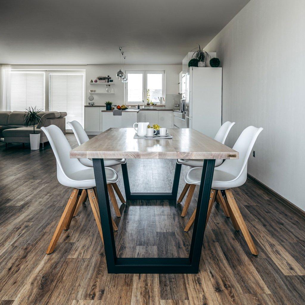 kvalitní jídelní stůl vyrobený z dubového masivu