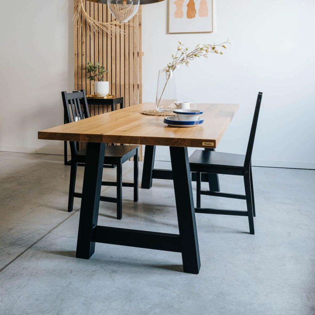 Jídelní stůl s masivního dubového dřeva