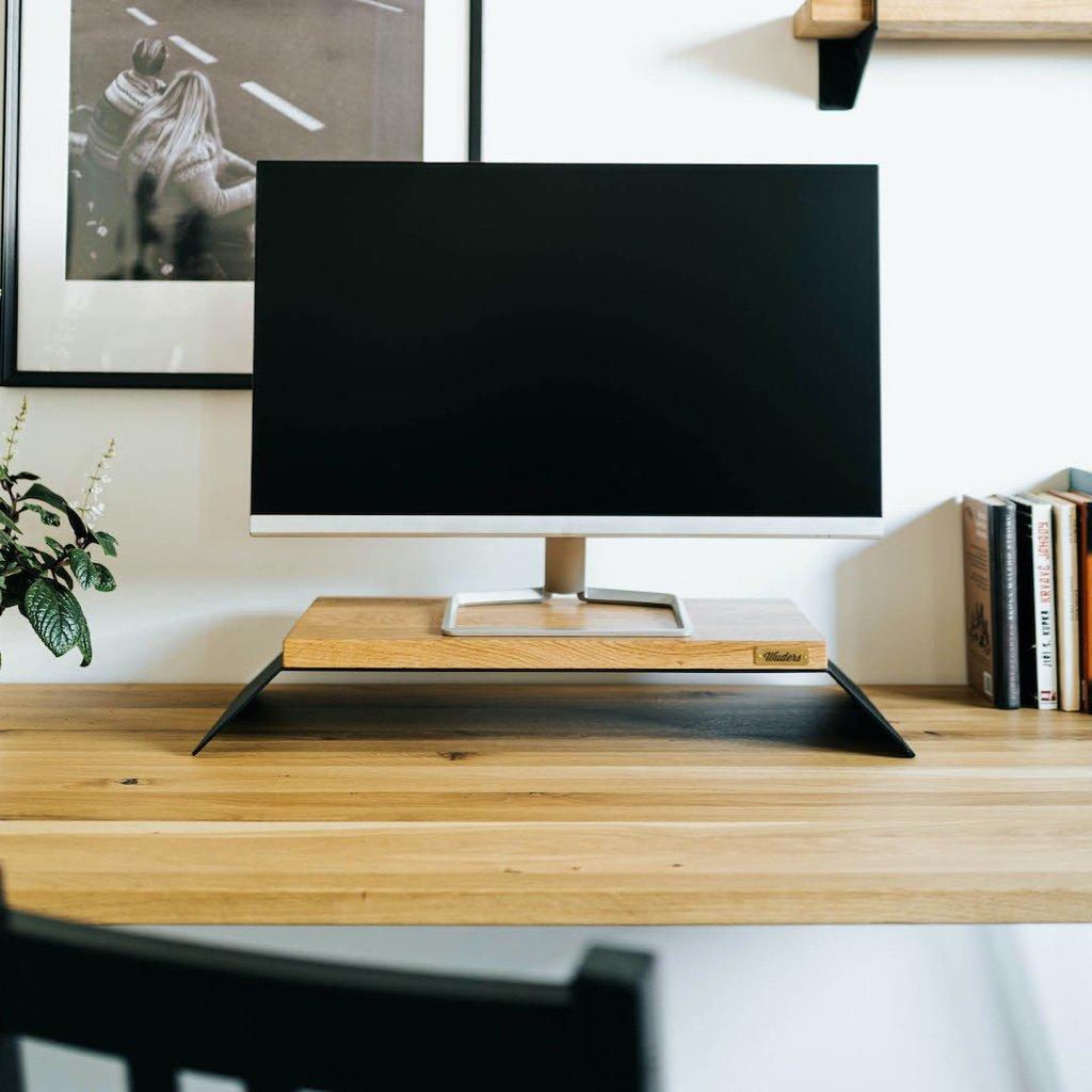stylový podstavec pod monitor z pevného černého kovu a masivního dubového dřeva