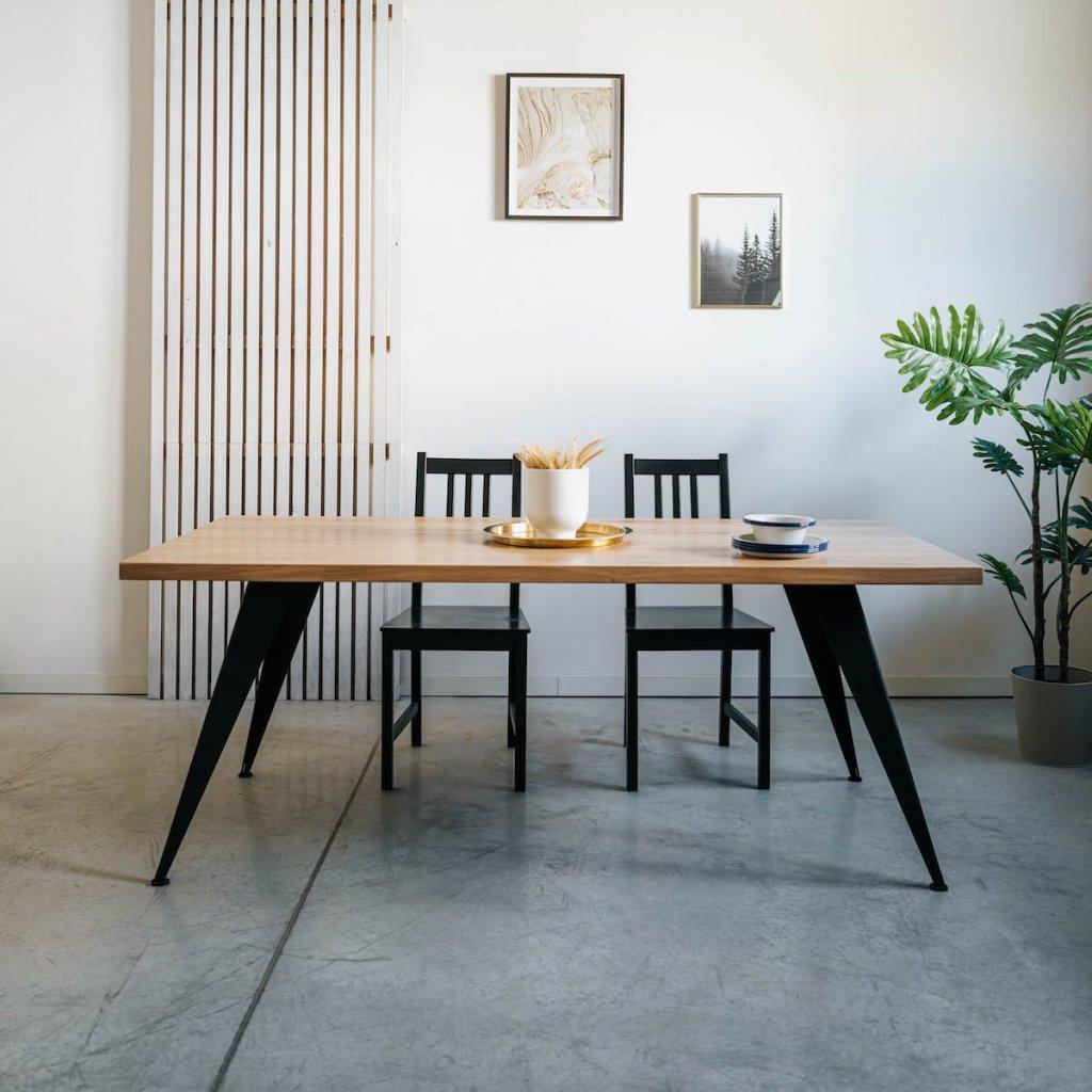 Dubový stůl Buffalo v interiéru s židlemi