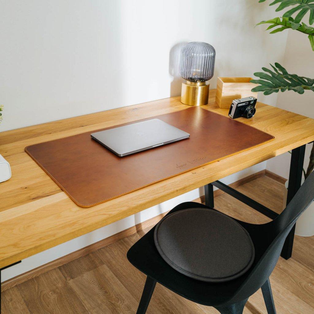ručně šitá hnědá kožená podložka na psací stůl