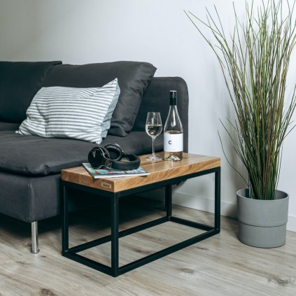 stylový odkládací stolek z masivního dřeva