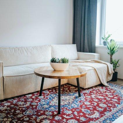 dubový konferenční stolek na vzorovaném koberci
