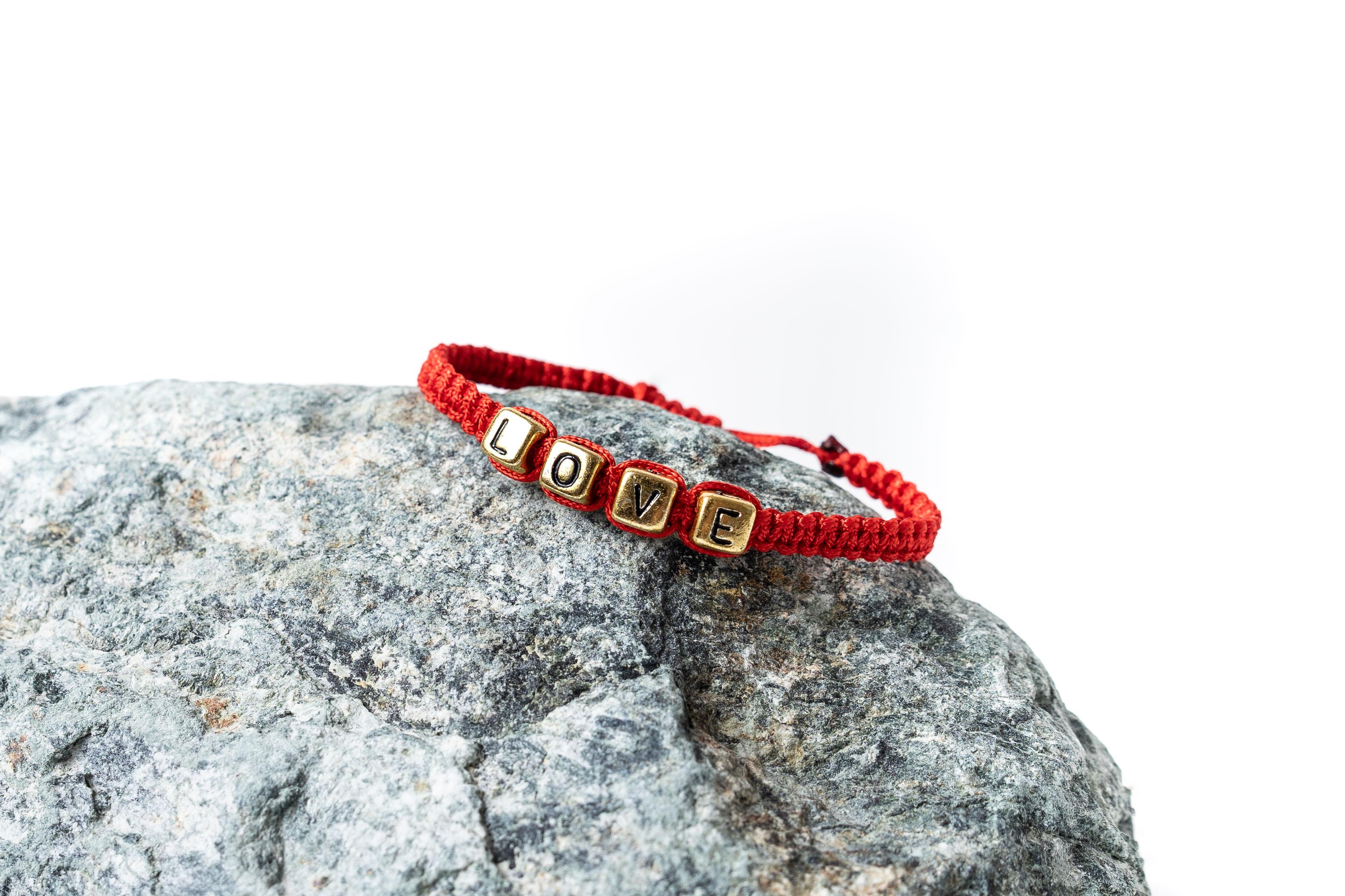 Červený macramé náramek - vlastní text Zlaté, Tenká šňůrka, Dámský náramek