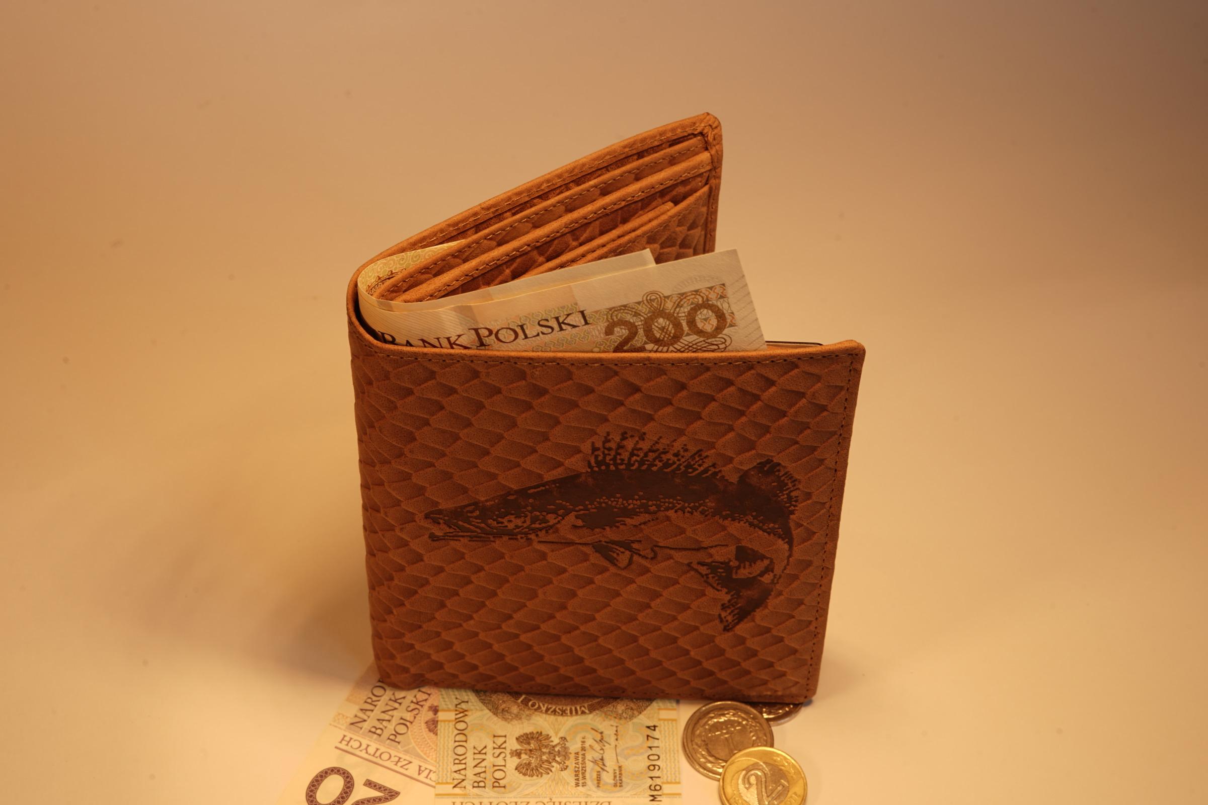 portfel męski, portfel dla mężczyzny, galanteria skórzana, portfel grawerowany, portfel sandacz, portfel z rybką