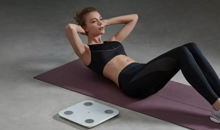 Sed lehy vedle váhy Xiaomi Mi Body Composition Scale 2.