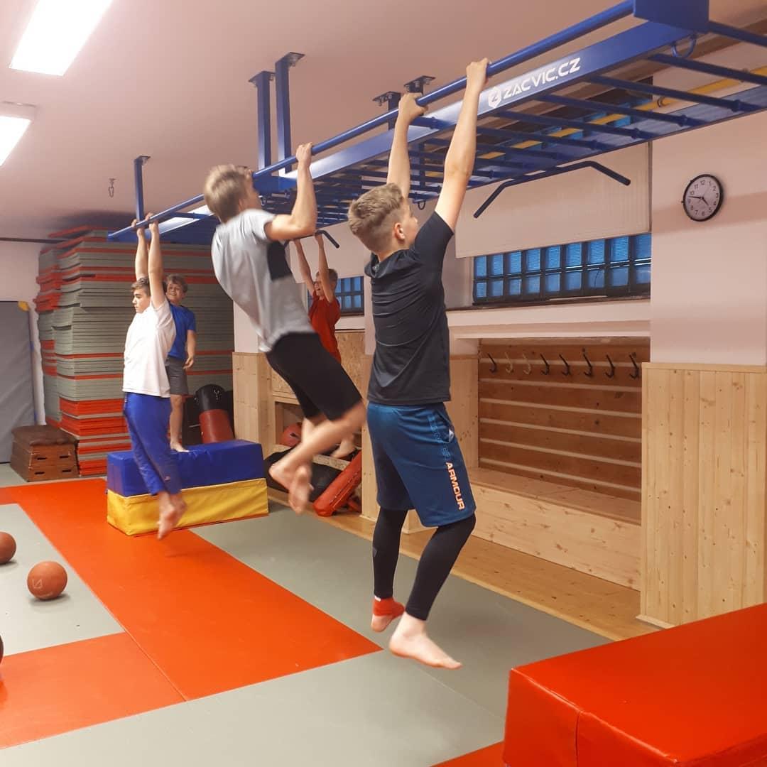 6 cviků, pro které využijete stropní žebřík Monkey bar - Realizace pro Sport centrum Evropská