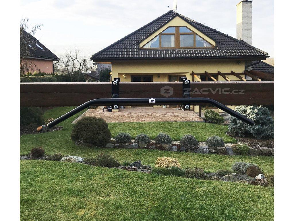 posilovací hrazda na trám