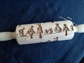 Malý dřevěný váleček reliéf ptáčci na drátě