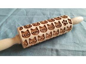 Malý dřevěný váleček kočičky