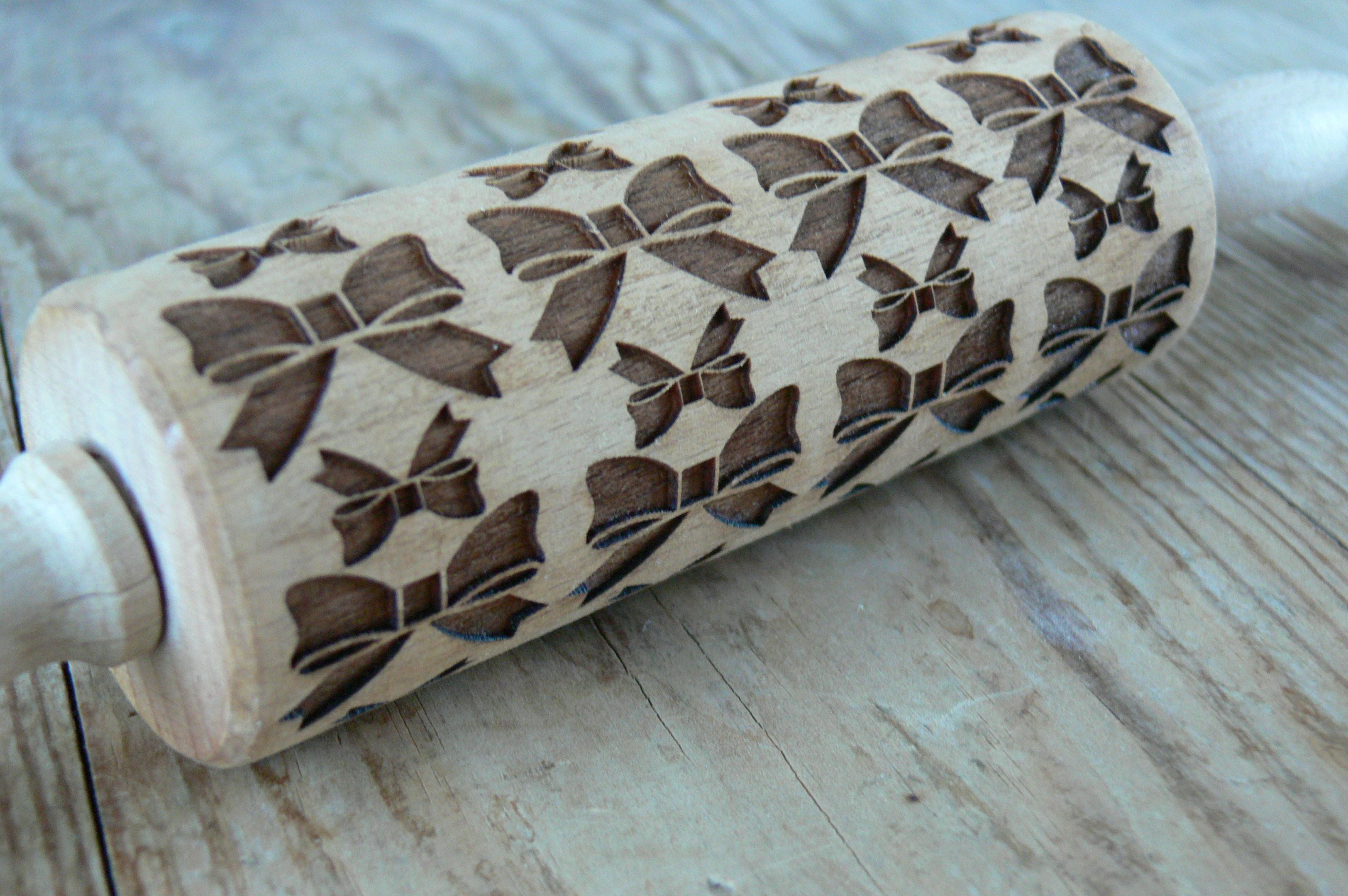 Mini embosovaný dřevěný váleček na těsto motiv mašle