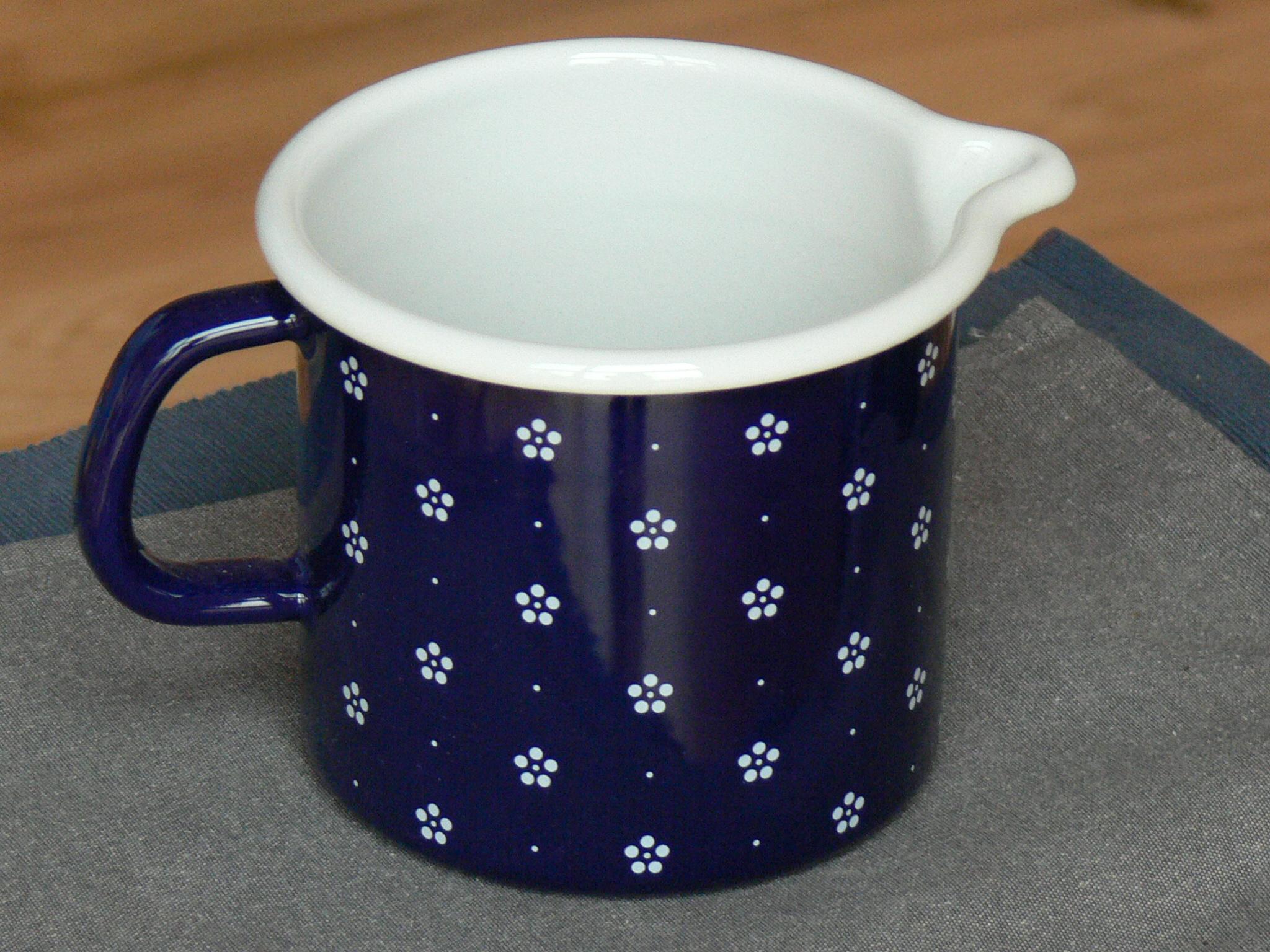 Plechový hrnek s nálevkou modrý, vzor květ objem 1 l