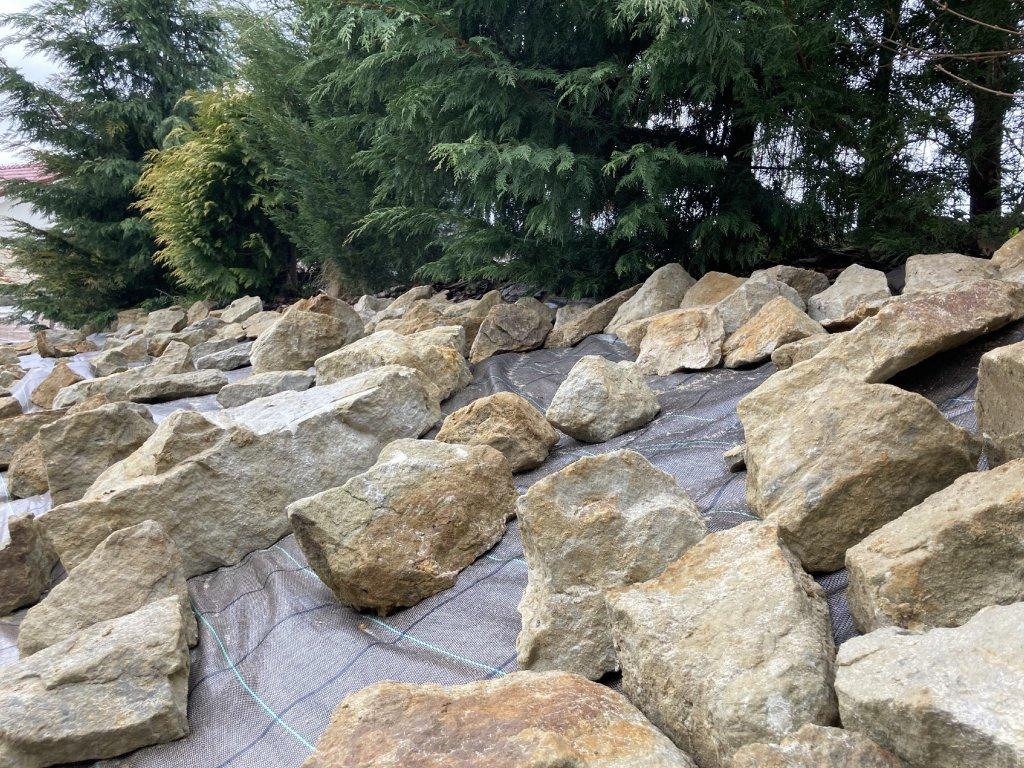 kamen na skalku piskovec zahradni dekorace