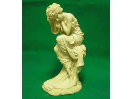 zahradní sochy, soška žena na pařezu 6,3kg