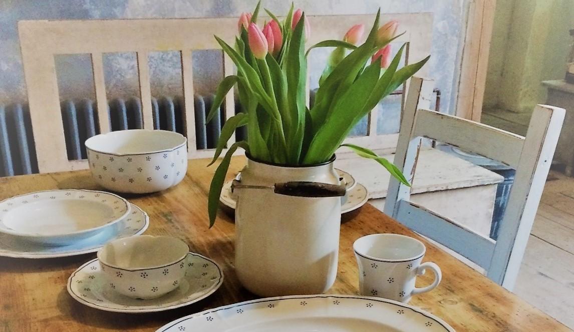 Stůl s porcelánem-jemnost venkova