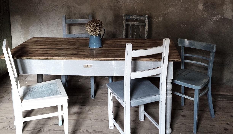 modré židle a stůl