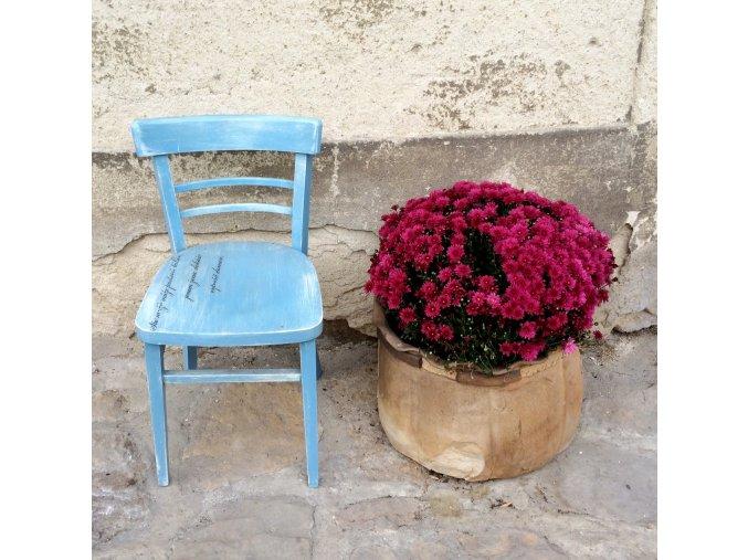 Židle - modrá s nápisem