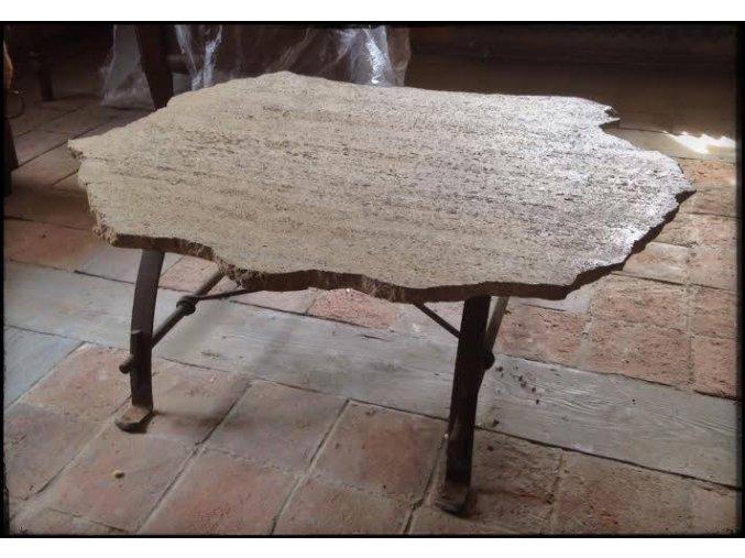 Konferenční stůl s kamennou deskou